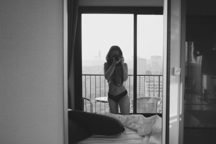 quarto-camera-mulher-lingerie-1024x682