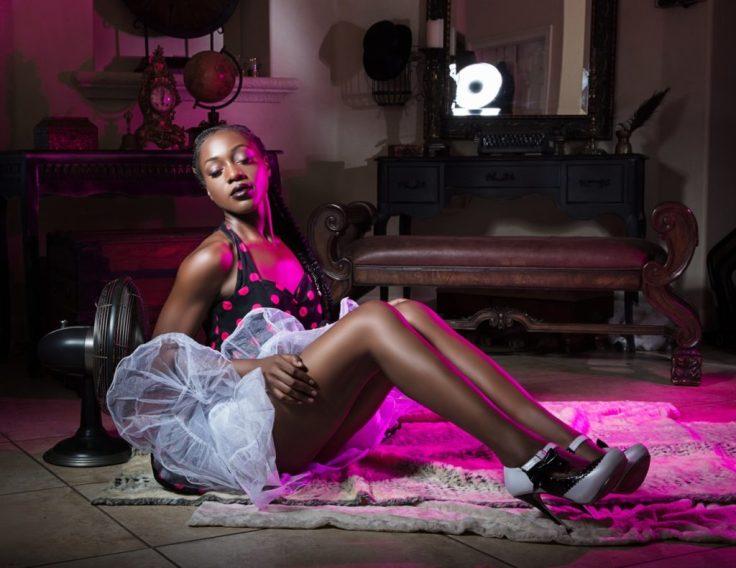 saia-tapete-sala-mulher-negra-sensual-1024x791
